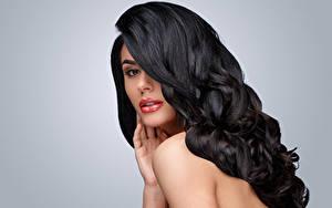 Bilder Grauer Hintergrund Brünette Haar Blick Frisur junge Frauen