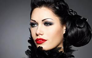 Bureaubladachtergronden Grijze achtergrond Gelaat Kijkt Make up Rode lippen Brunette meisje Jonge_vrouwen