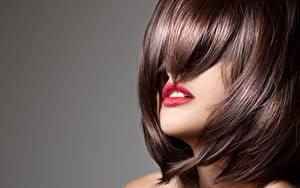 Desktop hintergrundbilder Grauer Hintergrund Frisur Rote Lippen Braune Haare Haar junge Frauen