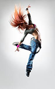 Hintergrundbilder Grauer Hintergrund Sprung Hand Jeans Mädchens