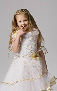 Bilder Grauer Hintergrund Kleine Mädchen Kleid Lächeln Kinder