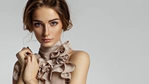 Hintergrundbilder Grauer Hintergrund Model Gesicht Blick Braunhaarige Mädchens
