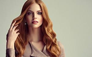Fotos Grauer Hintergrund Rotschopf Haar Blick Hand Schön Mädchens
