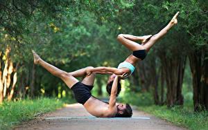 Bilder Gymnastik Mann 2 Braunhaarige Körperliche Aktivität Bein Hand Sport Mädchens