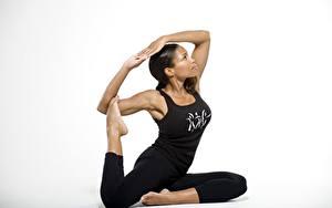 Bilder Gymnastik Posiert Brünette Unterhemd Bein Hand Grauer Hintergrund junge Frauen