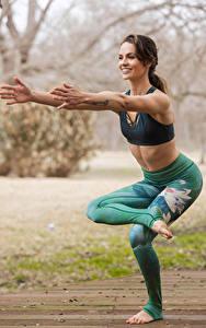 Fotos Gymnastik Joga Posiert Hand Lächeln Mädchens