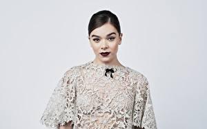 Hintergrundbilder Hailee Steinfeld Grauer Hintergrund Kleid Schminke Frisur Starren Prominente Mädchens