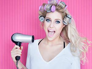 Bilder Blond Mädchen Haar Blick Föhn Rosa Hintergrund