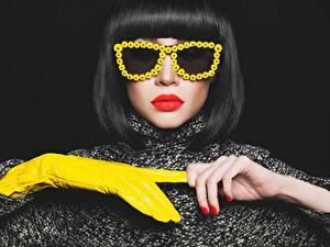 Fotos Frisuren Brille Rote Lippen Hand Handschuh Maniküre Schwarzer Hintergrund Mädchens
