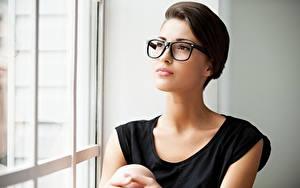 Hintergrundbilder Frisuren Brille Fenster Blick Mädchens