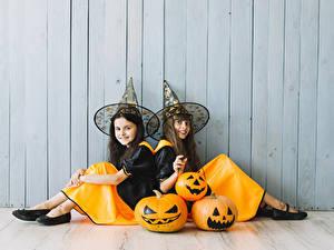 Hintergrundbilder Halloween Kürbisse Mauer Kleine Mädchen 2 Der Hut Sitzend Lächeln Uniform Kinder