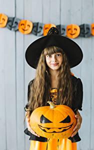 Fotos Halloween Kürbisse Hexe Kleine Mädchen Der Hut Haar Starren