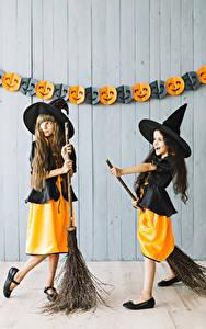 Bilder Halloween Hexe Kleine Mädchen Zwei Uniform Der Hut