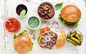 Fotos Hamburger Gurke Gemüse Zwiebel Gewürze Brötchen Ketchup