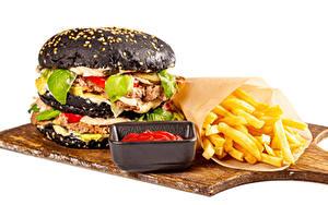 Hintergrundbilder Burger Fritten Brötchen Fleischbällchen Weißer hintergrund Schneidebrett Ketchup das Essen