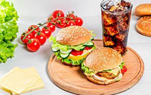 Bilder Burger Tomate Käse Getränk Coca-Cola Schneidebrett Trinkglas das Essen