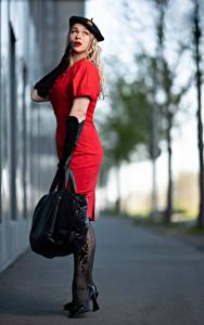 Fotos Handtasche Unscharfer Hintergrund Blondine Posiert Kleid Barett Handschuh Aleksandra junge Frauen