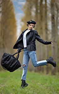 Fotos Handtasche Pose Jeans Jacke Barett Unscharfer Hintergrund Alena Mädchens
