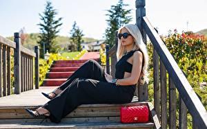 Hintergrundbilder Handtasche Zaun Blondine Bretter Sitzend junge Frauen