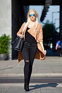 Hintergrundbilder Handtasche Blond Mädchen Brille Jeans Umhang Bokeh Franziska junge frau