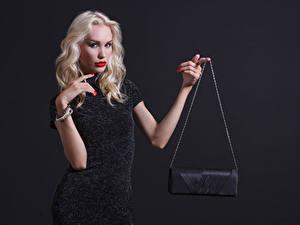 Fotos Handtasche Grauer Hintergrund Blondine Hand Starren Kleid Mädchens