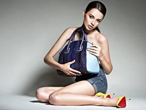 Bilder Handtasche Model Sitzend Bein High Heels Blick junge frau