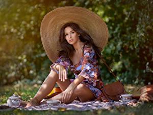 Hintergrundbilder Handtasche Picknick Sitzend Bein Der Hut Starren Bokeh Mädchens
