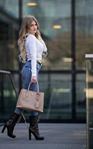 Sfondi desktop Borsa In posa Jeans Blusa Sguardo Sarah giovane donna