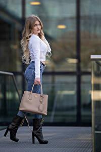 Bilder Handtasche Pose Jeans Bluse Blick Sarah junge Frauen