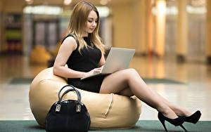 Hintergrundbilder Handtasche Sitzend Notebook High Heels Bein Mädchens