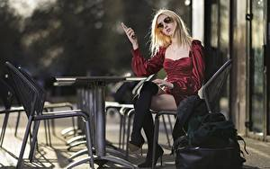 Bilder Handtasche Tisch Stuhl Blondine Brille Kleid Sitzt Bein Stiefel junge Frauen