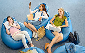 Fotos Handtasche Drei 3 Sitzen Notebook Smartphone Lächeln Mädchens