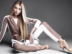 Bilder Handtasche Blondine Model High Heels Bein Sitzen Posiert Vika Falileeva Mädchens
