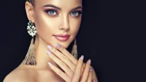 Fotos Hand Maniküre Make Up Gesicht Ohrring Schwarzer Hintergrund Mädchens