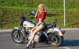 Fotos Harley-Davidson Blond Mädchen Shorts Bein Stöckelschuh Mädchens