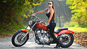Hintergrundbilder Harley-Davidson Seitlich Bokeh Braunhaarige Brille Hand Motorräder Mädchens