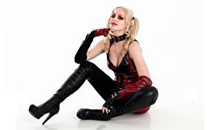 Hintergrundbilder Harley Quinn Held Cosplay Blondine Sitzend Latex Hand Bein Weißer hintergrund Mädchens