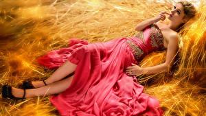 Bilder Heu Blond Mädchen Kleid Ruhen Hand Bein