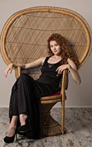 Hintergrundbilder Heidi Romanova Lockige Rotschopf Sessel Sitzen Kleid Blick junge Frauen
