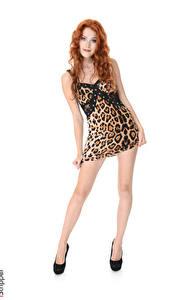 Fotos Heidi Romanova iStripper Weißer hintergrund Rotschopf Pose Kleid Bein High Heels junge frau