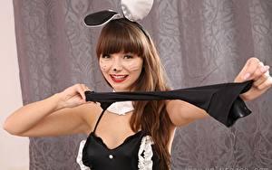 Fotos Helen G only Bunnygirl Braunhaarige Starren Lächeln Make Up Hand junge frau