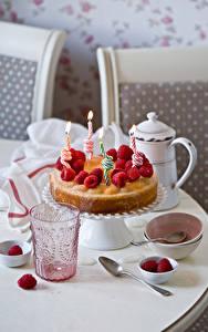 Fotos Feiertage Torte Himbeeren Kerzen Trinkglas Lebensmittel