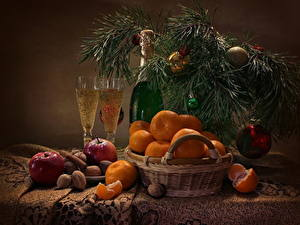 Papéis de parede Feriados Ano-Novo Natureza-morta Mexerica Champanhe Noz Maçãs Canela Galho Bolas Cesta de vime Garrafa Copo de vinho Alimentos