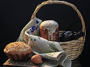 Bilder Feiertage Ostern Backware Kulitsch Schwarzer Hintergrund Weidenkorb Flasche Ei Lebensmittel