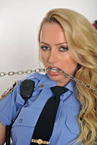 Bilder Holly Gibbons Polizei Blondine Kette Haar Blick Krawatte