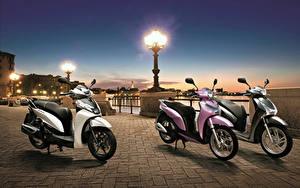 Fotos Honda - Motorrad Abend Motorroller Drei 3 Straßenlaterne Waterfront 2013 SH300i Sporty SH Mode 125 SH150i Motorräder