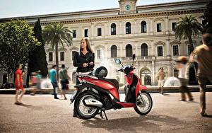 Hintergrundbilder Honda - Motorrad Motorroller Motorradfahrer Braunhaarige Helm 2013-16 SH Mode 125 Mädchens
