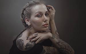 Bilder Hand Tätowierung Starren Dunkelbraun Hosein Shirvani junge Frauen