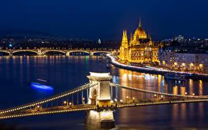 Fotos Ungarn Budapest Gebäude Flusse Brücken Nacht Straßenlaterne Lichterkette