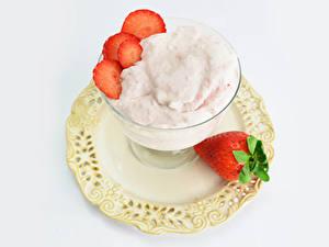 Bilder Speiseeis Erdbeeren Weißer hintergrund Teller das Essen